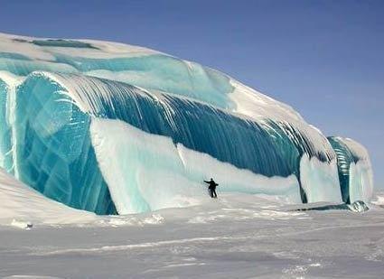 大きな波がそのまま凍っちゃったのでしょうか。南極だそうですが、さすがです。 pic.twitter.com/p4sDlI9X