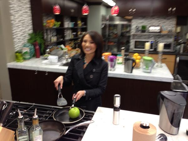 What's cookin in the Biggest Loser kitchen! (I didn't put the apple in there!) http://pic.twitter.com/EccS3st6