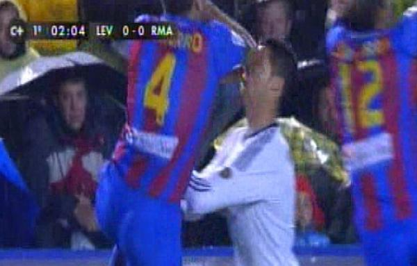 How did David Navarro get away with his elbow assault on Cristiano Ronaldo? (Levante 1   Real Madrid 2)