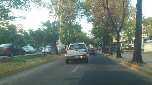 """""""No todas las patrullas nos quieren llevar"""": usuario del transporte público #ParoCamionero http://pic.twitter.com/WYZPF9Ng"""