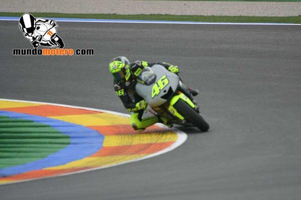 #MotoGP - Valentino Rossi sobre la Yamaha M1 en el Circuit http://pic.twitter.com/GjzdF6q7