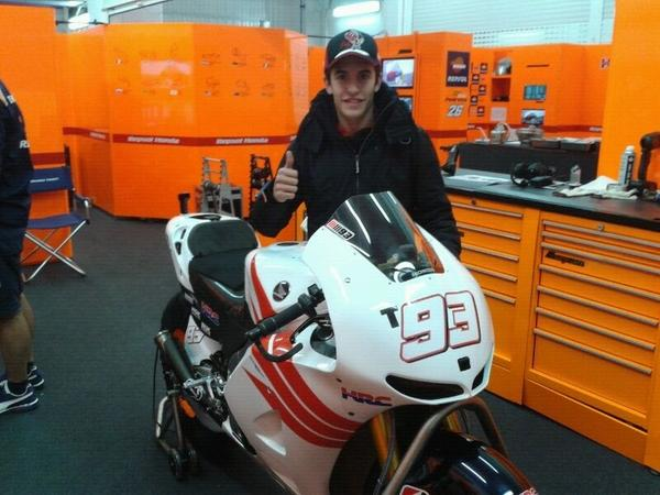 Hola desde Valencia!! De momento esto es lo más cerca que estoy de la moto 😓 que nervios!! Todo esto es gigante... http://pic.twitter.com/TxINGulG