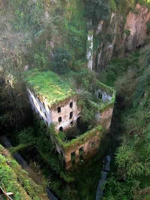 ネットで見つけた驚きの写真。切り立った崖の下に、緑に覆われた廃墟と化した建造物。どういう目的で建てられたか分からないのですが、身体が吸い込まれてしまいそうな、その景観にすっかり魅了されてしまいました。 pic.twitter.com/lxvYgG8U