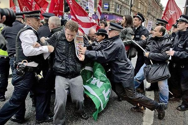 Police attacked protesters after they blocked Oxford Street in #London #14N http://pic.twitter.com/woBHLhm3