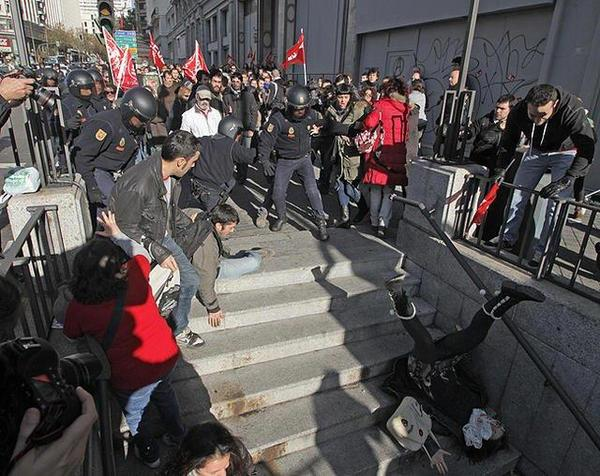 TR @LacrataRebel riot police push a woman down the stairs of the Madrid metro:  #14N #14nalacalle http://pic.twitter.com/Bjz1fZNC