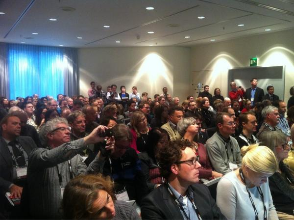 """Not even a chair n """"Innovative uses of mobile in education"""" session, big  interest in the topic #oeb12 http://t.co/REuYiUqj"""