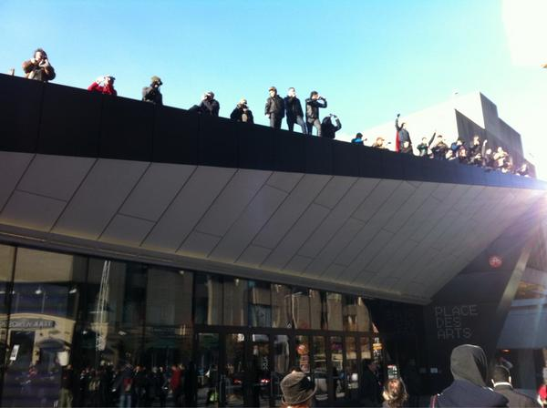 2012-11-18 14h33 [photo @frogsarelovely] People everywhere in Montreal cheering us on