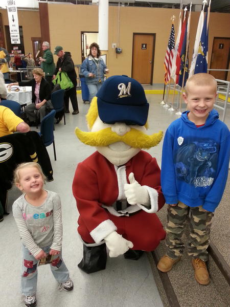 @Bernie_Brewer devand and abby having a blast @MillerCoors holiday lights.  #holiday4packs http://pic.twitter.com/xbbNgcZ7