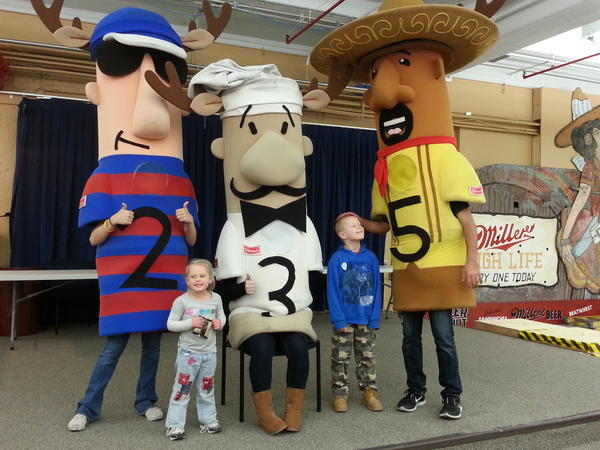 @bernie_brewer kids enjoying the sausages @MillerCoors #HOLIDAY4PACKS http://pic.twitter.com/RfTQBbNu