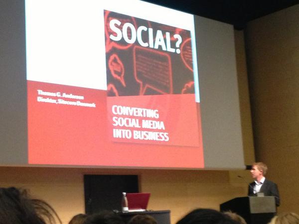 Thomas fra Sitecore sætter scenen ift,  hvordan vi kan tjene penge på mobile løsninger og sociale medier #netbizz2012 http://pic.twitter.com/6wRzkEMk