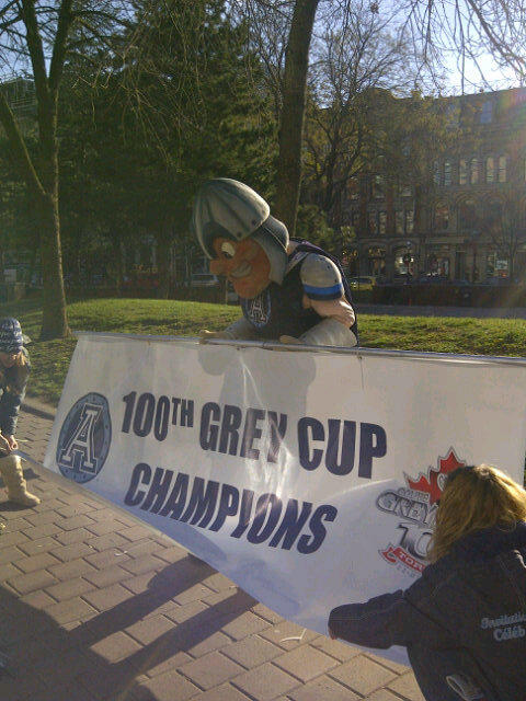 Reporting live at the parade   #100GC #argos http://pic.twitter.com/YX3y8t1Y