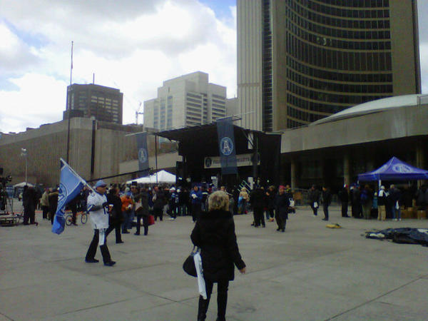 #Argos fans waiting for the #GreyCup parade at Nathan Phillips Square http://pic.twitter.com/akPdO2Y4
