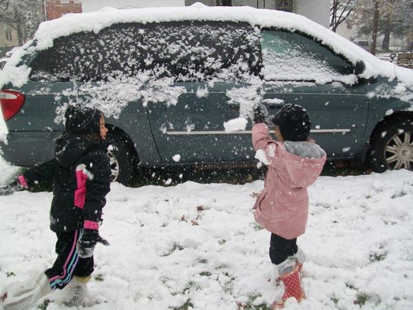 Check out  Rylee and Amelya Bauer from Telford  having a sisterly snowball fight :) #lanssnow http://pic.twitter.com/eqYZe534