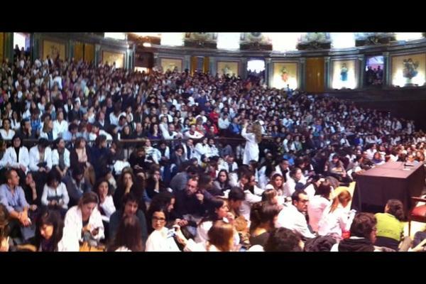 RT @montsemerafdez: Me envían esta foto. Es el Colegio de #Médicos de Madrid, ahora mismo, en defensa de la #Sanidad pública http://pic.twitter.com/P5WcPbRT