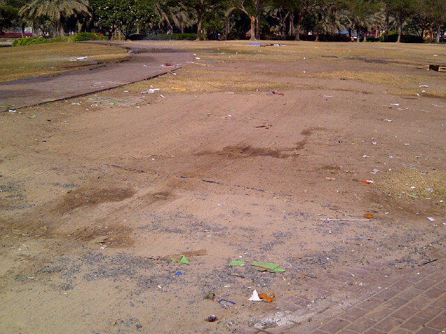 More mess in @Dubai_MediaCity. Can someone please come and tidy up our amphitheatre? http://t.co/mVmKwO9W