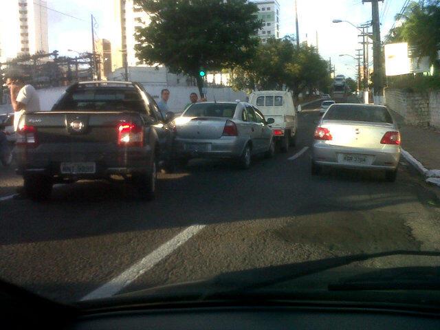 Engavetamento de 3 carros no sinal em frente ao Hospital da Policia, sentido Petrópolis. (Prudente de Morais)