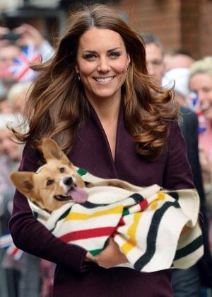 Duchess of Cambridge Kate Middleton has been getting some parenting practice with the Royal corgis. #royalbaby http://pic.twitter.com/S7pNc5TA