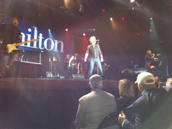 Sing it Jon. Bon Jovi. That's the one. For Hamilton. #hamilton/jbj http://pic.twitter.com/vtP22Kwi