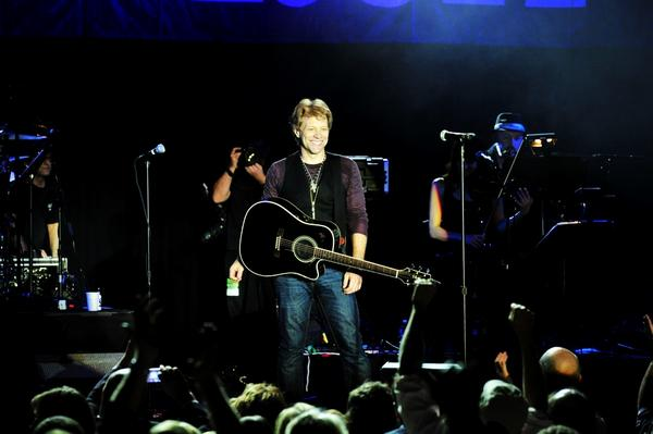 A smiling Jon Bon Jovi at tonight's performance. #hamiltonjbj http://pic.twitter.com/YzhK9q6L