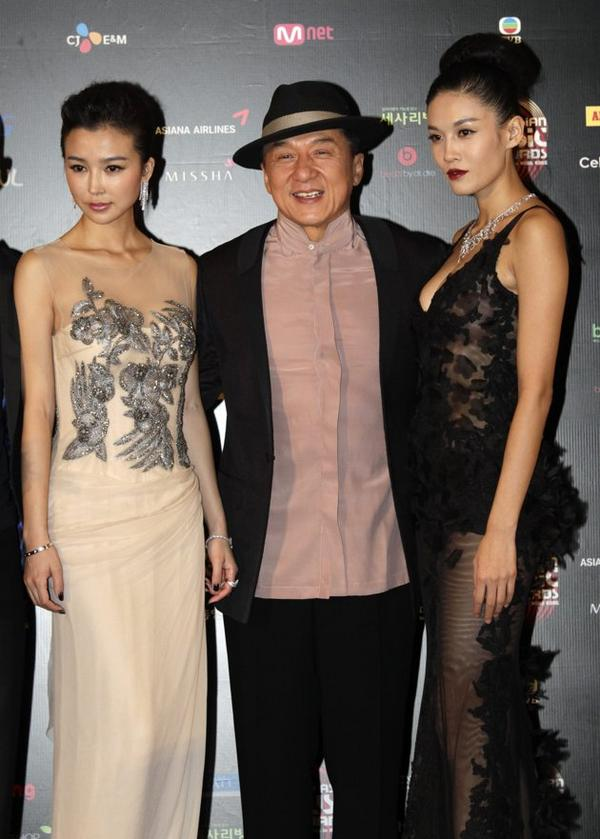 #TheStarAtTheMnetAsianMusicAwards2012 26 #Hongkong #Actor #JackieChan with  #YaoXingtong (L) and #ZhangLanxin (R) pic.twitter.com/MCHYZ8Vr