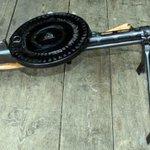 Image for the Tweet beginning: DP28軽機関銃 第一次世界大戦後にソビエト連邦で開発された軽機関銃である。大きな特徴として上部に装着された47発入りの円盤型弾倉(パンマガジン)が挙げられる。分解も簡単に行うことができ、可動部品が6個しかないなどメンテナンスが容易