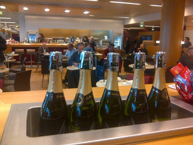 I have clearly found the best seat in the @AirFrance business class lounge in #Paris #champagne http://t.co/TE4AxFPz