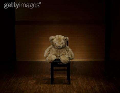 艺术家孟煌给诺贝尔奖委员会寄了一个空椅子,请他们转交给莫言。今天我会飞到斯德哥尔摩,追踪那把空椅子的去向。我将全程直播。诺奖发给 莫言,这应该是诺奖最大的丑闻。一个代表着人类普世价值的文学奖,发给了世界上最大的极权国家的投机者。 http://t.co/IKq4m0e0