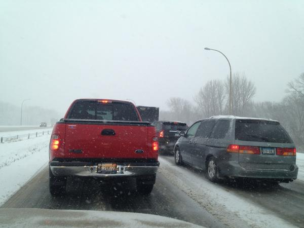 2nd full dead stop on the interstate. #itssnowinginminnesota. http://pic.twitter.com/ArCTySUH