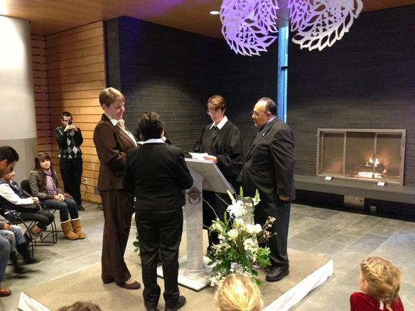 Magdaleno Rose-Avila of @SeaOfficeIR translating for a Spanish speaking couple #MEdayWA ^rc http://pic.twitter.com/UIBivZZK