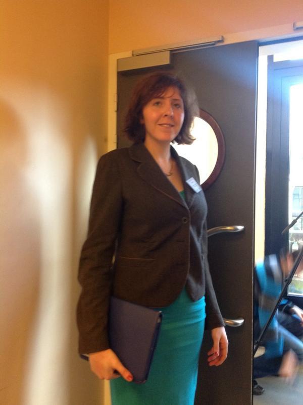 Julia Beizer, éditrice des projets sur mobile du Washington Post, entre deux couloirs. #npdj12 http://pic.twitter.com/ikwekcoZ