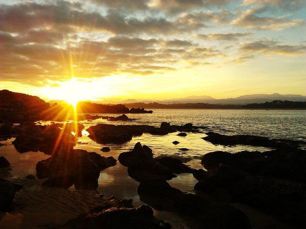 Amaneciendo en la playa de Binkinis, Santander. Fotografiando Twitter