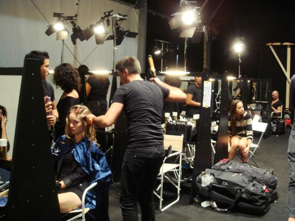 @izumi_ogino stylists and models are getting ready at the back stage http://t.co/8jSRt38Z