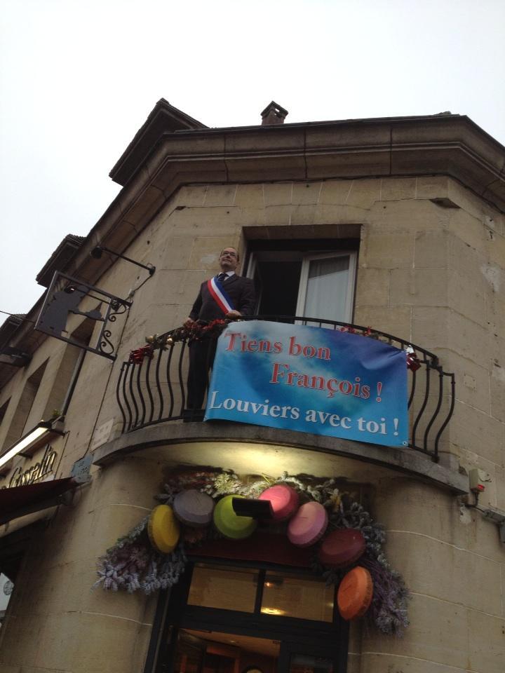 Franck Martin attend à son balcon que le président arrive de Val-de-Reuil - © Franck Martin
