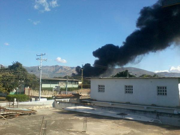 Y ahora que se quema en la Zona Industrial Campo Alegre en Cagua. http://pic.twitter.com/nfl29Z6O