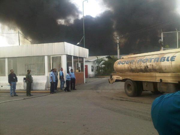 RT @YenirethChurio: Incendio de gran magnitud en la empresa Vasos Selva de Cagua- Maracay http://pic.twitter.com/jkqdzvfH