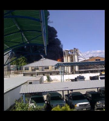 Via @aida_tata29: @ReportGuarico Incendio azota depósito de fábrica de vasos selva en cagua http://pic.twitter.com/ECIuju8p