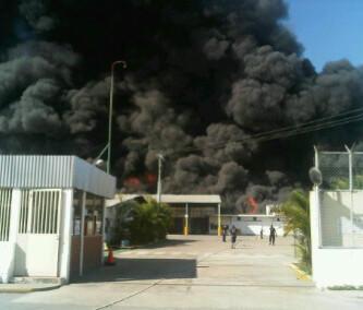RT @ReporteGuanare: #Aragua Se registra incendio en zona industrial en instalaciones de Corrugadora Cagua | Foto: MARACAYINFORMA http://pic.twitter.com/Lc3SzLmX
