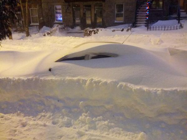 En fait, sous la neige, ben y a une voiture... #Tempete #Montreal http://pic.twitter.com/R66aMkOO