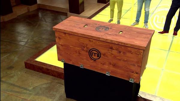 In questa puntata i nostri aspiranti chef dovranno fare i conti con 2 #MysteryBox:che ci sarà qui sotto? #MasterChefIt http://pic.twitter.com/JOa1nbAg