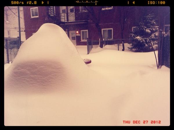 RT @A2LJ: 45 cm de neige en une journée ça donne ça #Tempête #Québec #Montréal http://pic.twitter.com/pmXELMp2