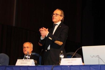 El presidente del Real Oviedo, Toni Fidalgo, agradece con aplausos el cariño de la afición azul al Consejo