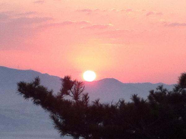 봉화산 구름을 뚫고 새 해가 올랐습니다.  2013년, 우리도 희망을 품고 다시 일어섭니다.  새 해 복 많이 받으십시오.^^ http://t.co/CQ4rzDR8