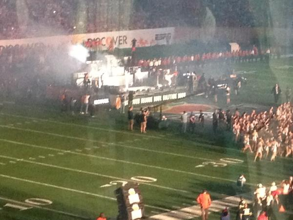 Jake Owen performing the @OrangeBowl halftime show. #BCSHuskies #NIU http://pic.twitter.com/ysiWIGe1