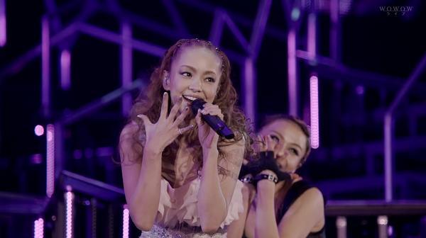 手を広げて歌う安室奈美恵