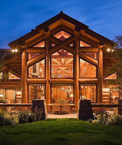بيت رائع من الخشب والزجاج.