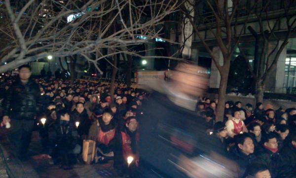외환은행 화이팅! RT @sun7512: 20:30분을 넘은 시간 외환은행 경수인 직원들 추위에도 꿋꿋합니다 촛불은 어둠을 이기기 위해 타올릅니다 http://t.co/STqwrjWg