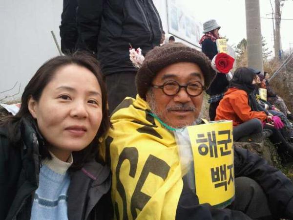#강정 통일의 꽃 임수경씨 @su_corea 와 문규현 신부님이 분단의 사선을  함께 넘은 그 인연을 나누며 구럼비 바위 언저리에 앉아 있습니다. http://t.co/Tqbmd6zM