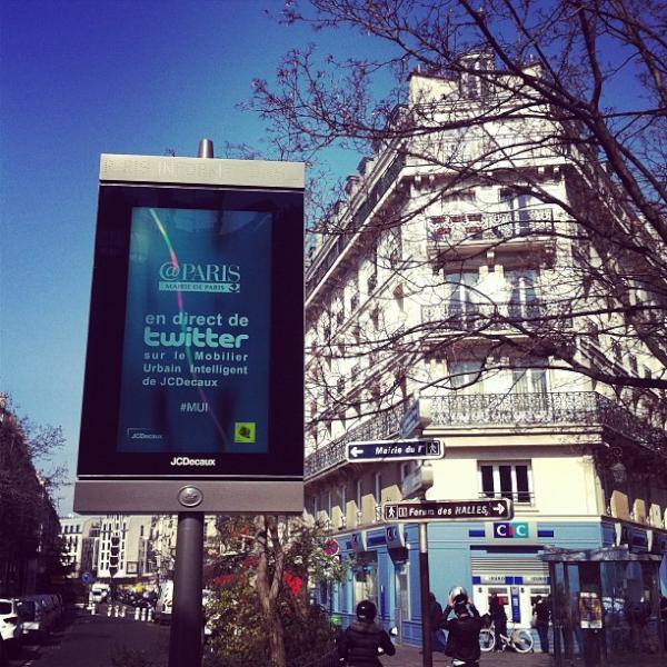 Paris pleinement inscrit dans le 2.0 ! Première ville du monde à tweeter dans la rue #MUI #Paris #carolineramade pic.twitter.com/xDnhKVZk