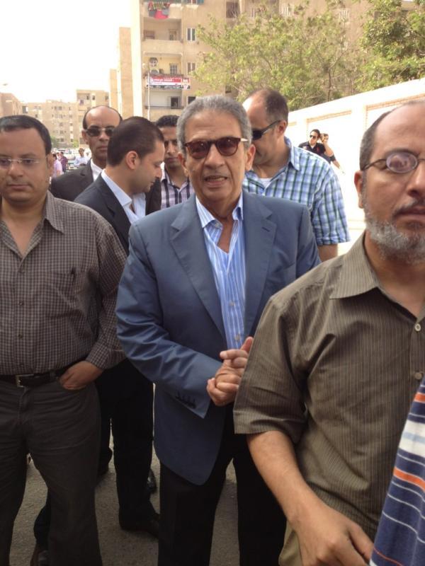 عمرو موسى  يقف امام لجنته في انتظار دورة للإدلاء بصوته في الانتخابات الرئاسية المصرية http://t.co/m8ZnG9IA