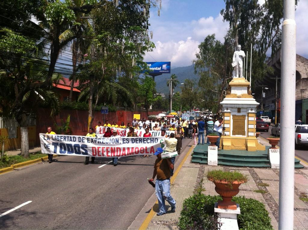 En el d■a del periodista hondureo, marcha multitudinaria exigiendo seguridad para el ejercicio de la profesin http://t.co/9AKfPAYM